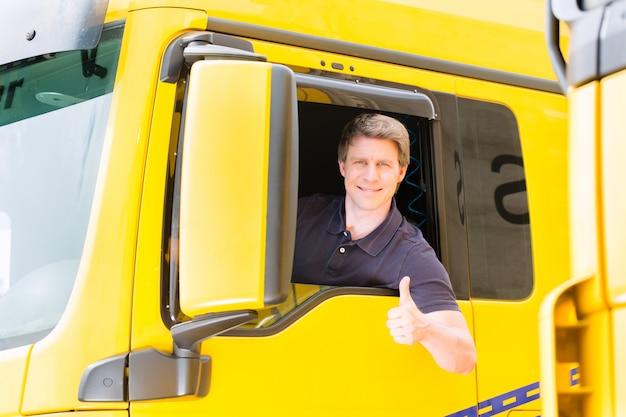 Spedizioniere o camionista nel cappello del conducente