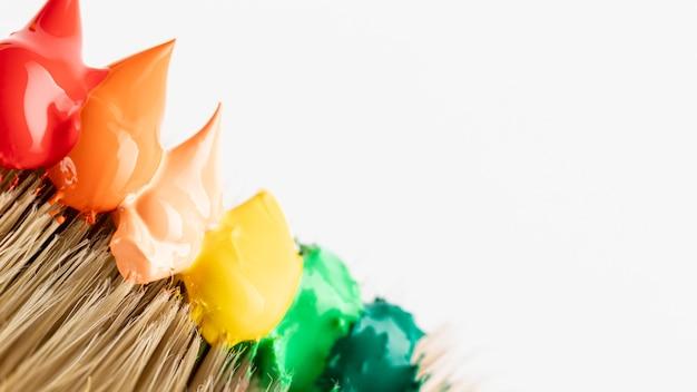 Spennellare con gocce di vernice colorata