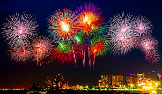 Spettacolari fuochi d'artificio colorati sulla spiaggia del mare, festa di fuochi d'artificio vacanza incredibile o qualsiasi evento di celebrazione nel cielo buio.