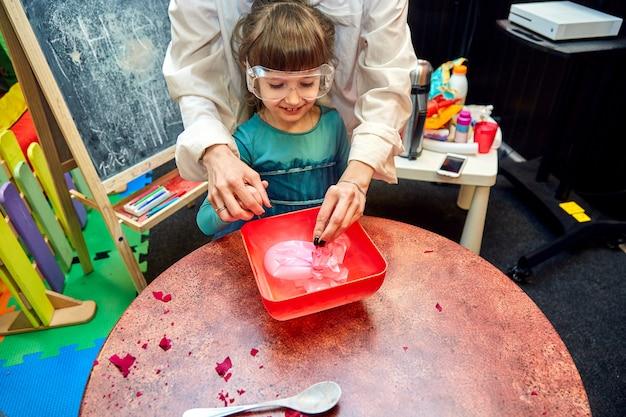 Spettacolo chimico per bambini. il professore ha effettuato esperimenti chimici con azoto liquido sulla bambina di compleanno.