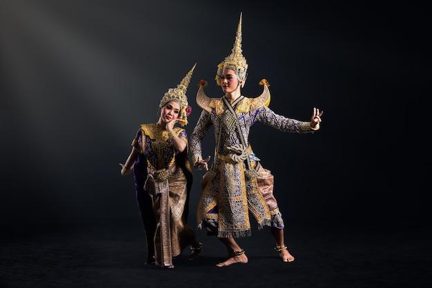 Spettacolo di khon in costume tradizionale della thailandia