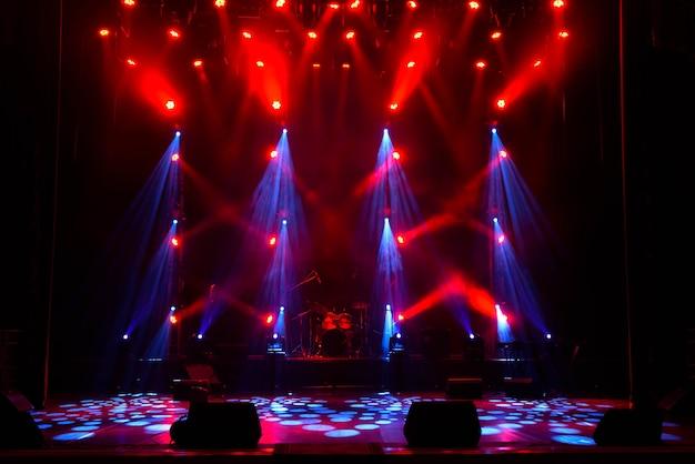 Spettacolo di luci da concerto, luci colorate sul palco, spettacolo di luci al concerto.