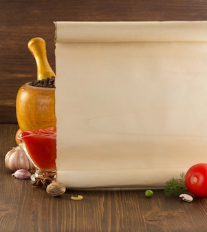 Spezia dell'alimento e vecchia carta su legno