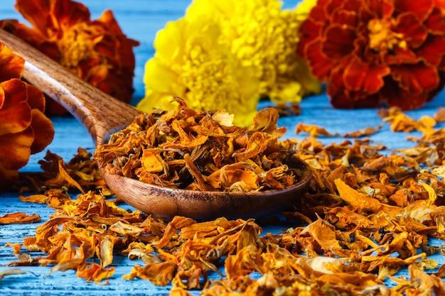 Spezia. varie spezie su fondo in legno. zafferano, curcuma, curry
