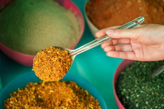 Spezie aromatiche sui piatti nel mercato dell'india