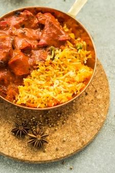 Spezie asciutte vicino al piatto di riso