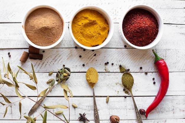 Spezie asiatiche aromatiche distese piatte