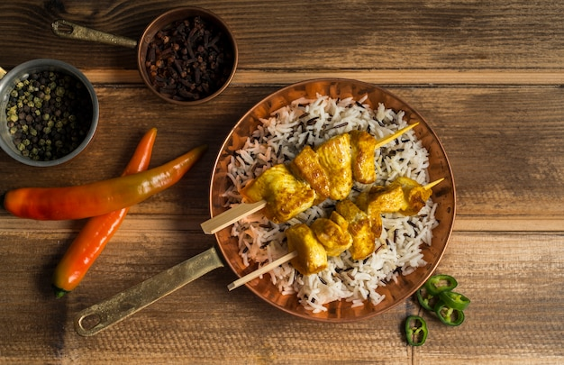 Spezie assortite vicino kebab di pollo