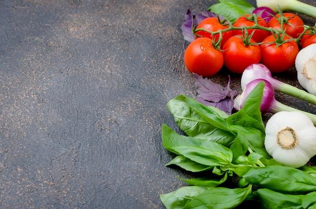 Spezie di pomodori, basilico e peper