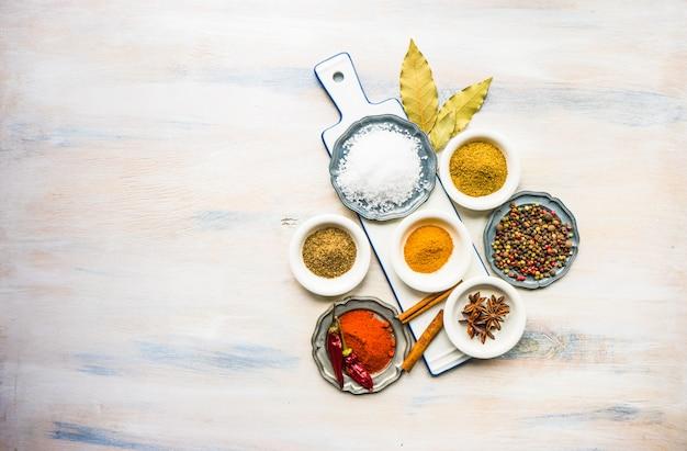 Spezie differenti sulla tavola di legno bianca