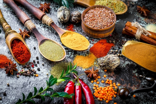 Spezie e condimenti per cucinare nella composizione sul tavolo