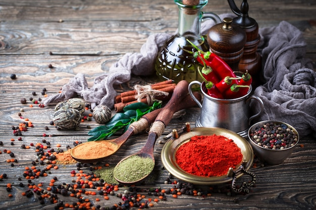 Spezie e condimenti su un tavolo di legno