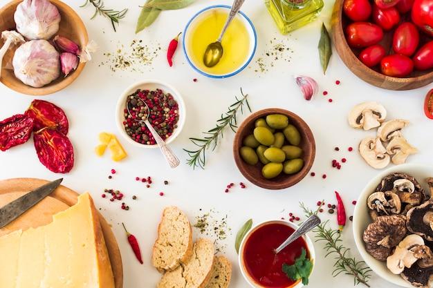 Spezie e ingredienti per fare sandwich di pane tostato su sfondo bianco