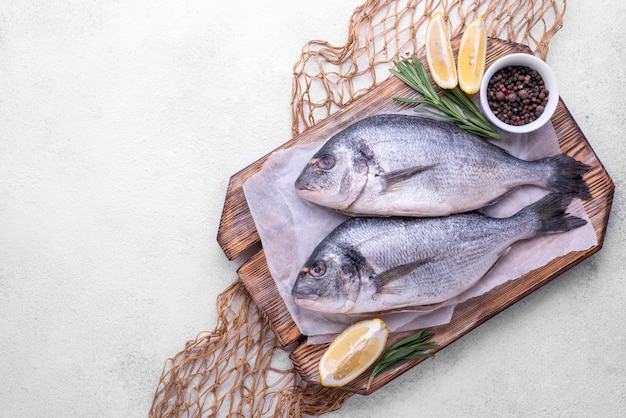 Spezie e limone del pesce dell'orata fresca