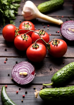 Spezie e verdure per insalata
