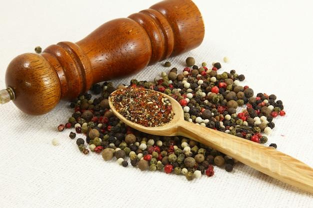 Spezie ed erbe aromatiche in ciotole di legno. ingredienti della cucina alimentare. colorato
