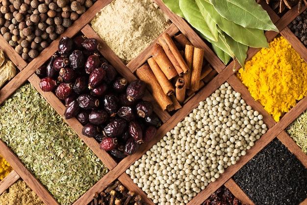 Spezie ed erbe aromatiche per la decorazione di etichette alimentari. condimento in legno