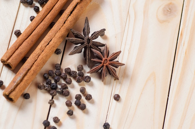 Spezie ed erbe ingredienti alimentari e della cucina. bastoncini di cannella, stelle di anice, grani di pepe neri