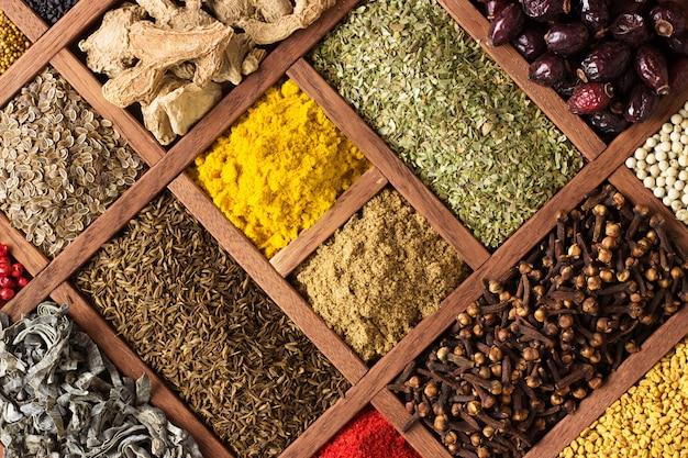 Spezie ed erbe per decorare le etichette degli alimenti. condimento in scatola di legno, vista dall'alto