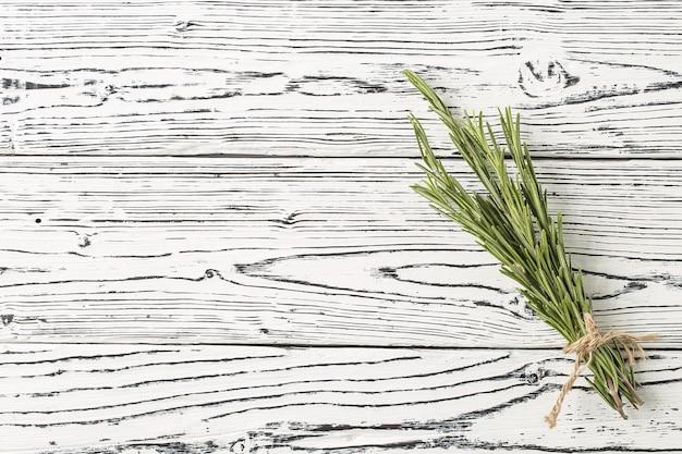 Spezie ed erbe rosmarino di sfondo su un tavolo.