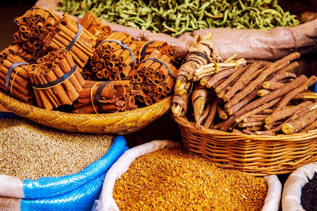 Spezie ed erbe tradizionali su un mercato in marocco.