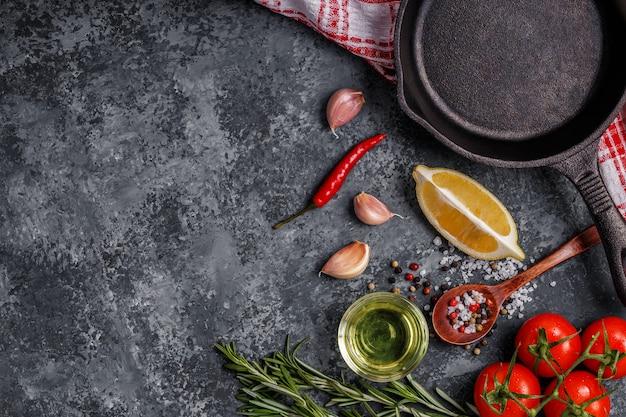 Spezie erbe aromatiche olio d'oliva e padella per cucinare