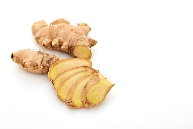 Spezie fresche di radice di zenzero a fette