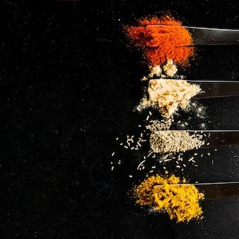 Spezie in cucchiai