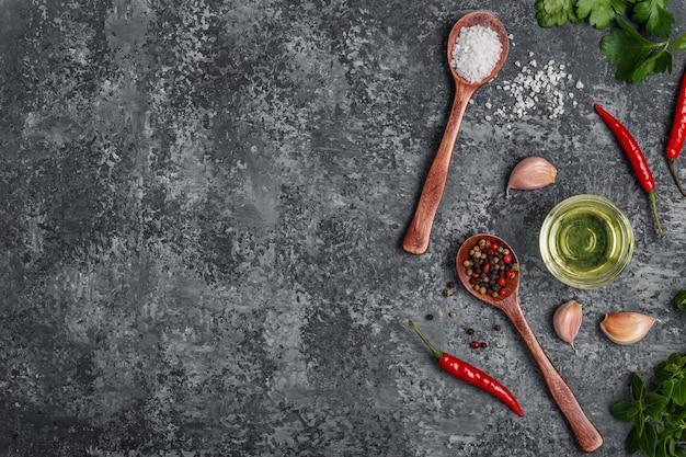 Spezie in cucchiaio di erbe e olio d'oliva