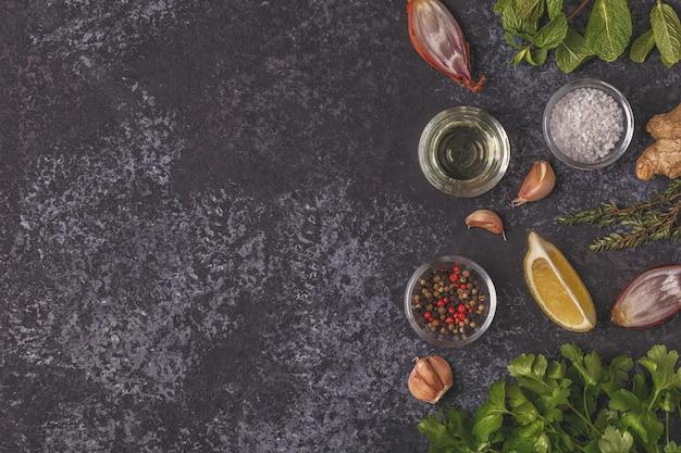Spezie, limone, erbe e olio d'oliva