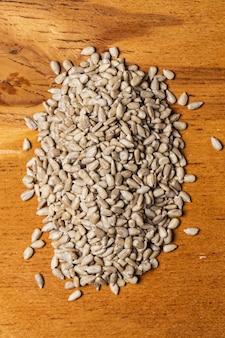 Spezie. mucchio di semi sul tavolo