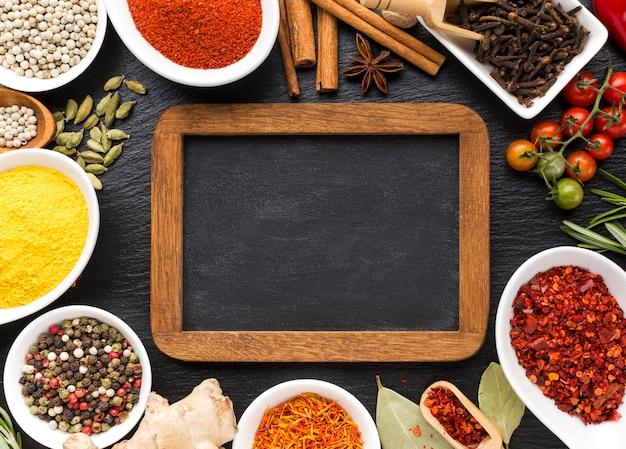 Spezie piatte in polvere allineate sul tavolo