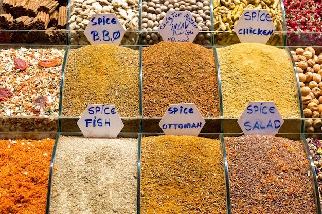 Spezie sul mercato egiziano a istanbul, in turchia.