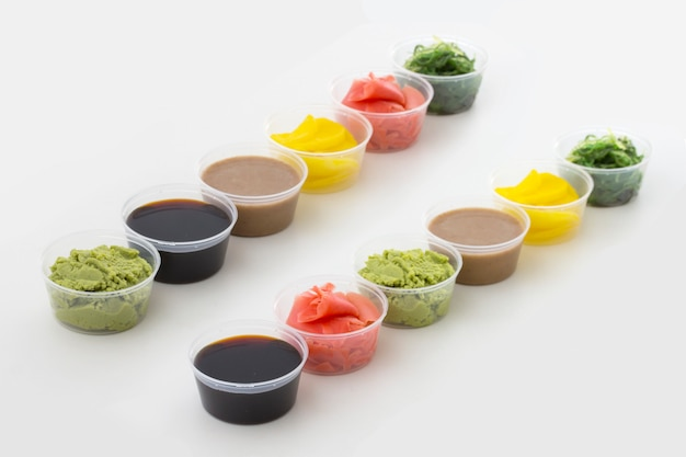 Spezie sushi in piccole ciotole