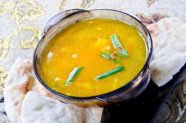 Spezzatino di manzo con pomodori e fagioli zuppa araba.