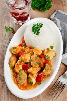 Spezzatino di pollo con funghi servito con riso