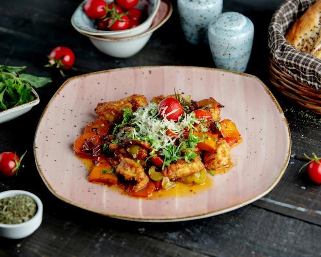 Spezzatino di pollo con verdure guarnite con erbe parmigiano e pomodoro _