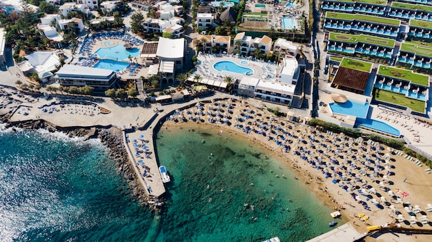 Spiaggia al largo dell'isola di rodi a faliraki, in grecia. paesaggio al mare costa rocciosa e mare. fuori dalla costa del faliraki sul rhodos
