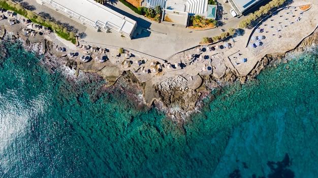 Spiaggia al largo della costa di creta a hersonissos in grecia.