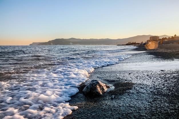 Spiaggia al tramonto a savona, italia