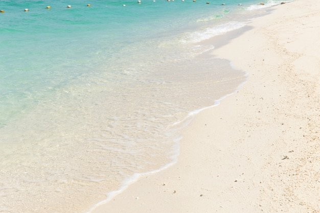 Spiaggia bianca del mare blu smeraldo della sabbia per fondo.