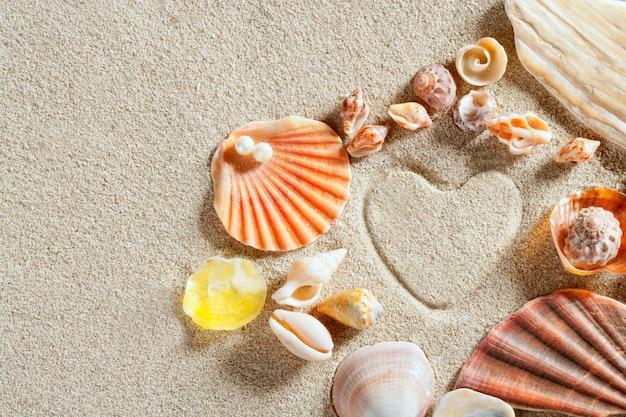 Spiaggia bianca sabbia a forma di cuore vacanze estive stampa