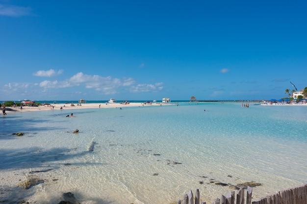 Spiaggia con acqua blu nell'isola di mujeres
