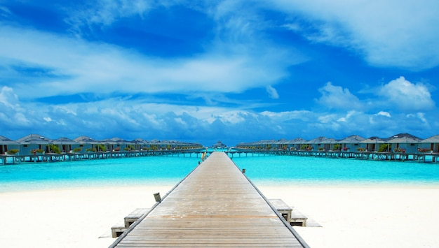 Spiaggia con bungalow sull'acqua alle maldive