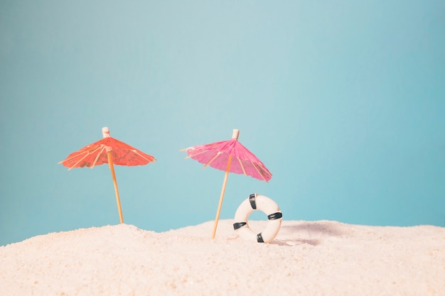 Spiaggia con ombrelloni rossi e salvagente