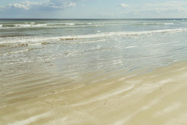 Spiaggia con onde