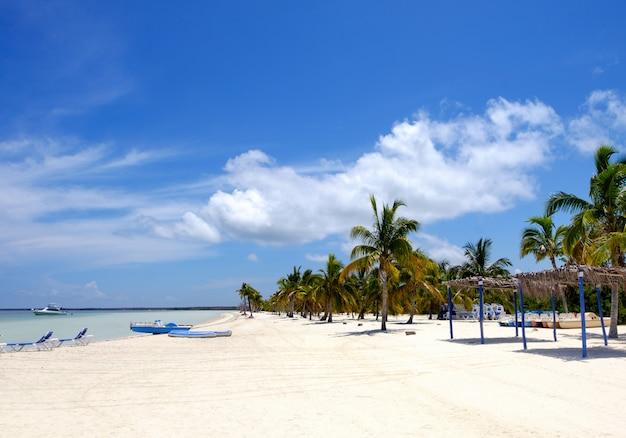 Spiaggia dell'isola di cayo blanco nel mar dei caraibi, vacanze estive perfette