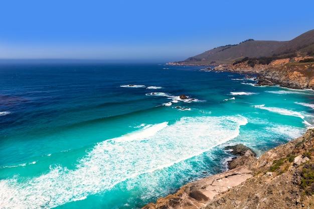 Spiaggia della california a big sur in monterey county route 1