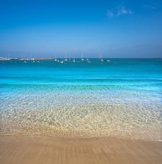 Spiaggia della città di ibiza santa eulalia in spagna