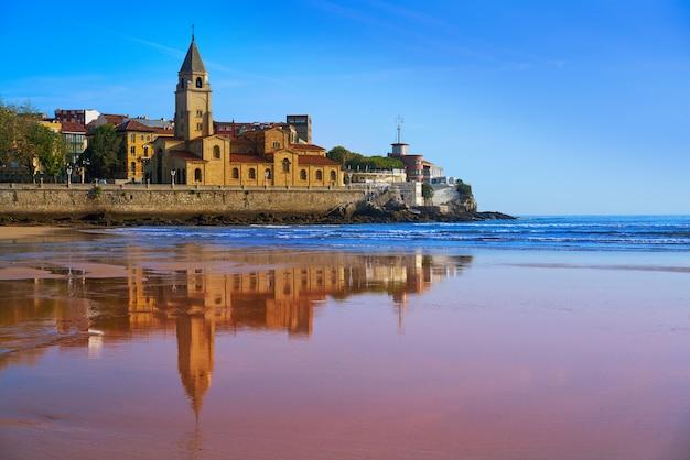Spiaggia di gijon san lorenzo chiesa di san pedro asturie
